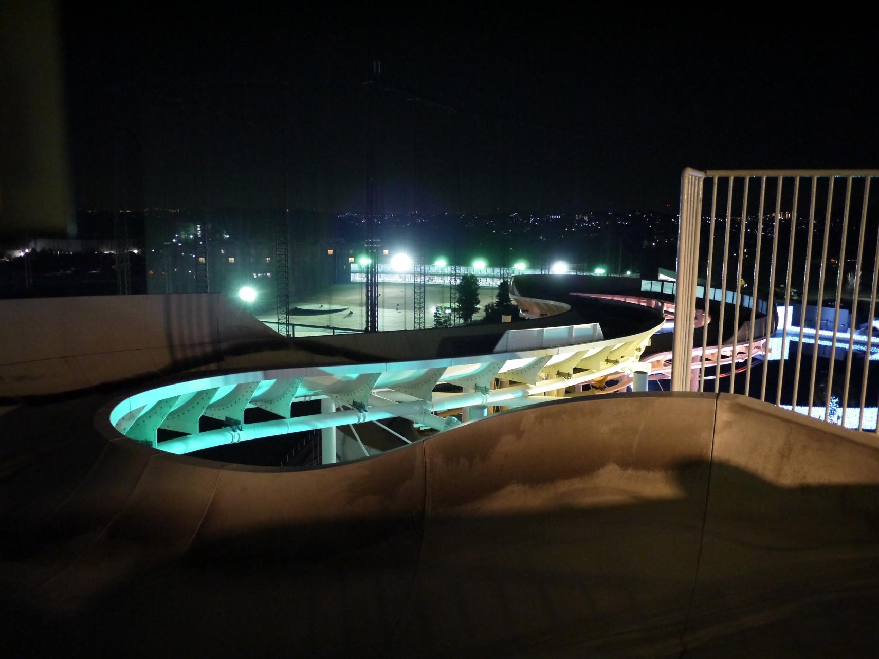 夜のウォータースライダーと奥のナイター球場