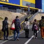 IKEAに横一列で向かう某家族 - 2013/03/02 14:28