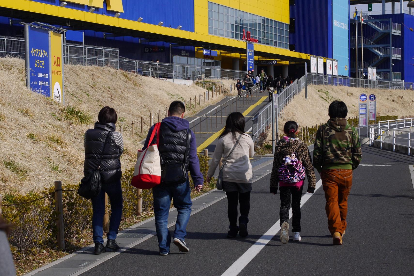 IKEAに横一列で向かう某家族
