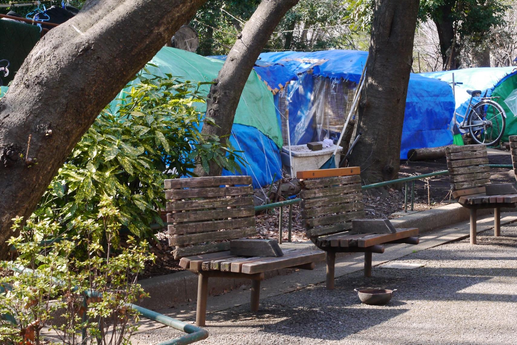 新宿中央公園にはホームレスの家が立ち並ぶ