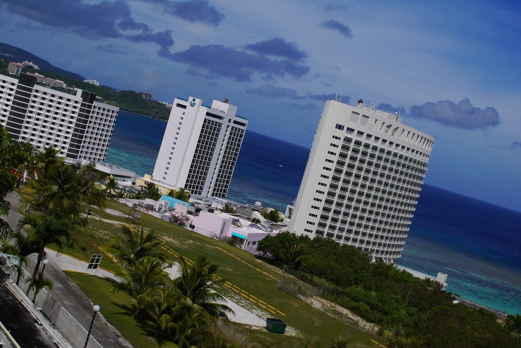 ホテルの白さと空の変な青さ