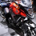 HONDAの赤いカウルのバイクと女性の脚 - 2013/11/30 16:42