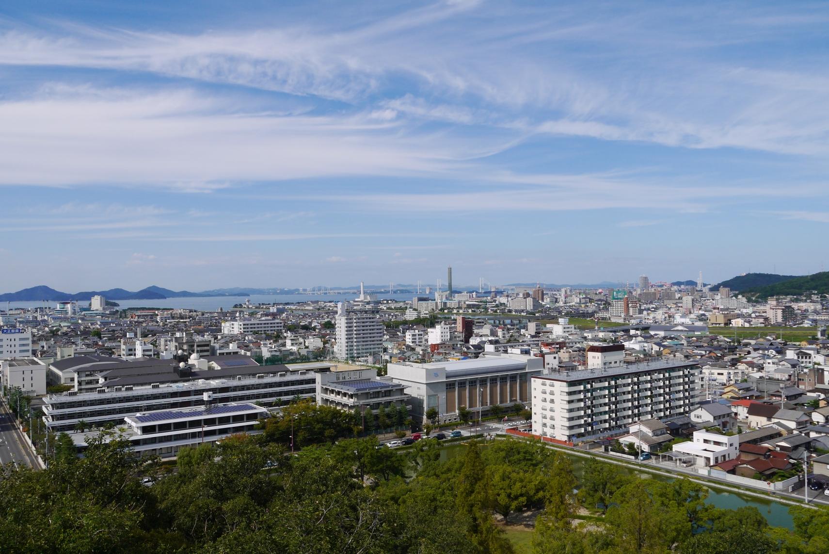 丸亀城下町と瀬戸大橋